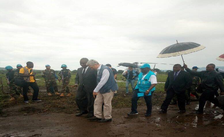 Sud-Kivu : Visite de Filippo GRANDI, Haut-Commissaire des Nations-Unies pour les Réfugiés dans le camp de Mulongwe: Les refugiés l'invitent à prendre en compte leur besoin en protection internationale. (Marie-Charles NININAHAZWE & Serge BISIMWA/Ongea)