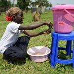 Une élève s'apprêtant à laver ses mains CP: DR